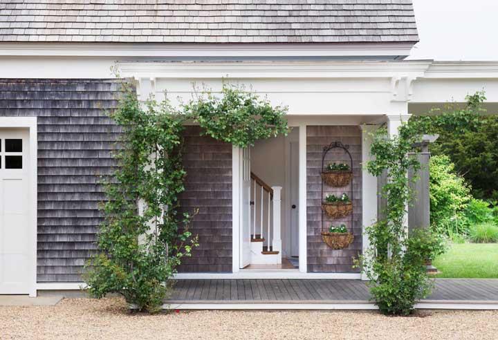 Faça uma área verde também na frente da casa, colocando trepadeiras nas colunas da entrada da casa.