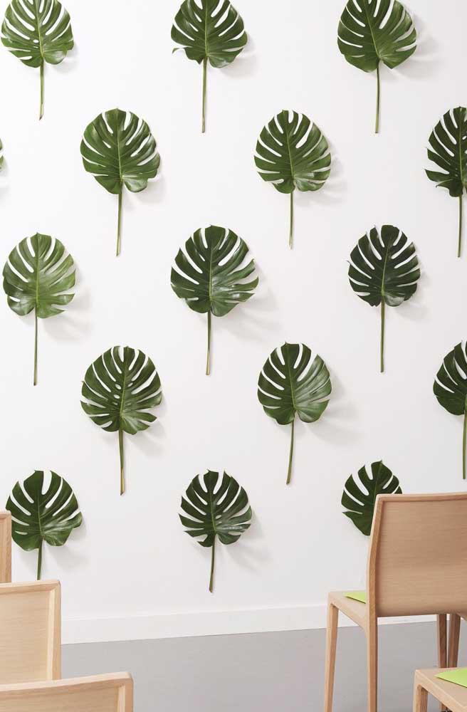 Aqui, ao invés de papel de parede foram usadas folhas de Costela de Adão coladas a parede; um resultado estético bem interessante e inusitado