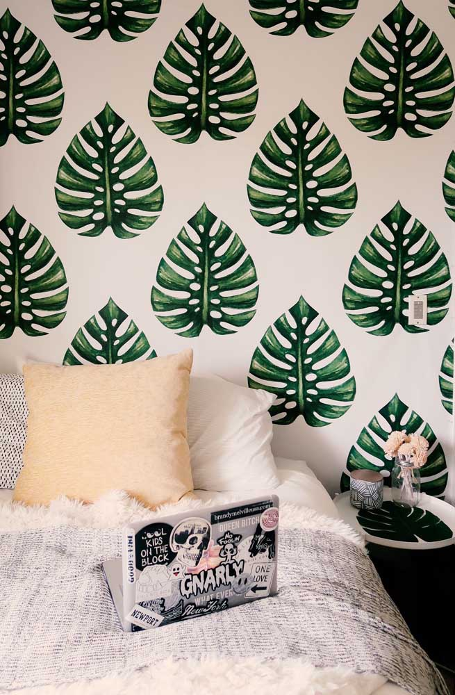Nesse quarto, é o papel de parede com o formato peculiar da planta que se destaca