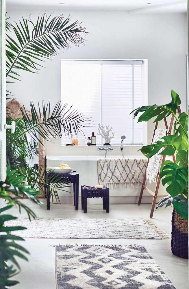 Não parece, mas acredite é um banheiro! Incrivelmente decorado com plantas de vários tipos, entre elas a Costela de Adão