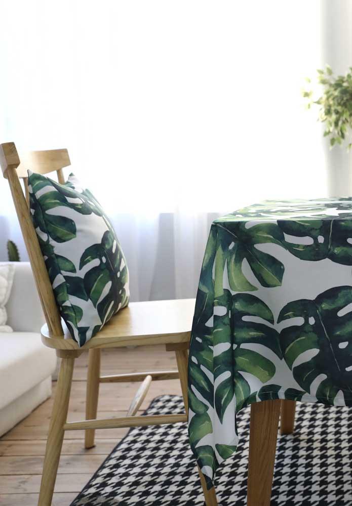Toalha de mesa e almofada na mesma estampa verde e tropical