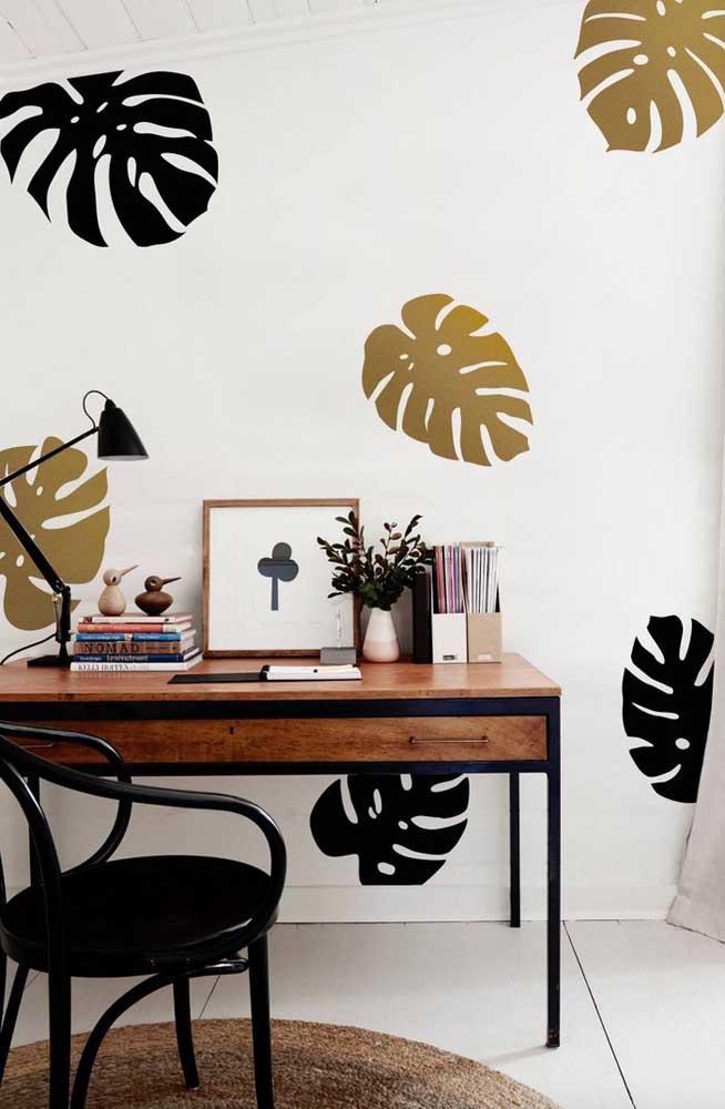 Já para esse escritório, a opção foi pintar as folhas da Costela de Adão em tons de preto e dourado