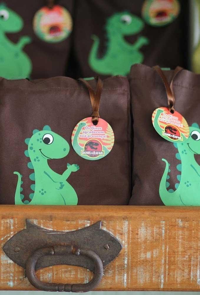 Uma boa opção de lembrancinha dinossauro é usar sacolinhas na cor marrom com a figura do dinossauro na frente.