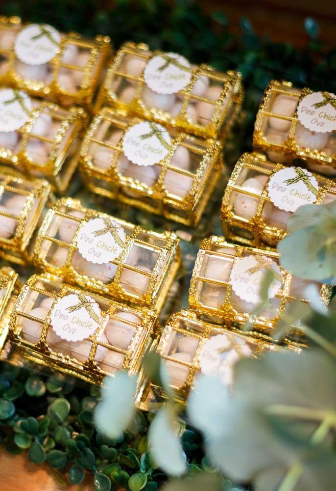 Quer fazer algo diferente e interessante? Coloque vários ovos dentro de caixinhas douradas na festa dinossauros.