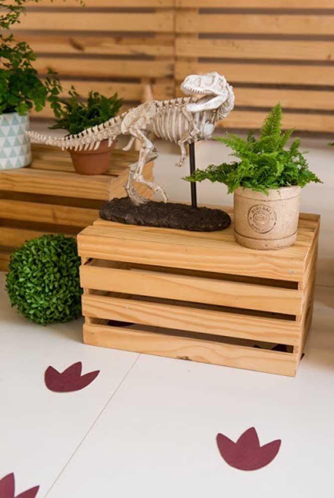 Aproveite aqueles caixotes de feira para fazer uma decoração dinossauro diferenciada.