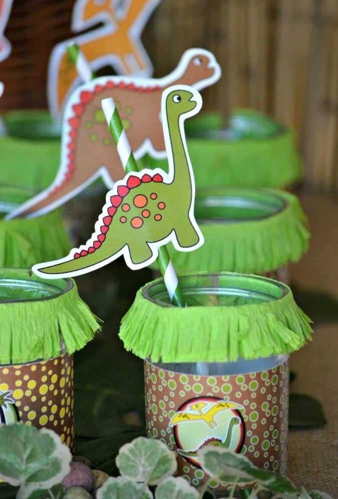 Personalize todos os itens da festa infantil dinossauros. Você pode usar materiais simples para fazer isso.