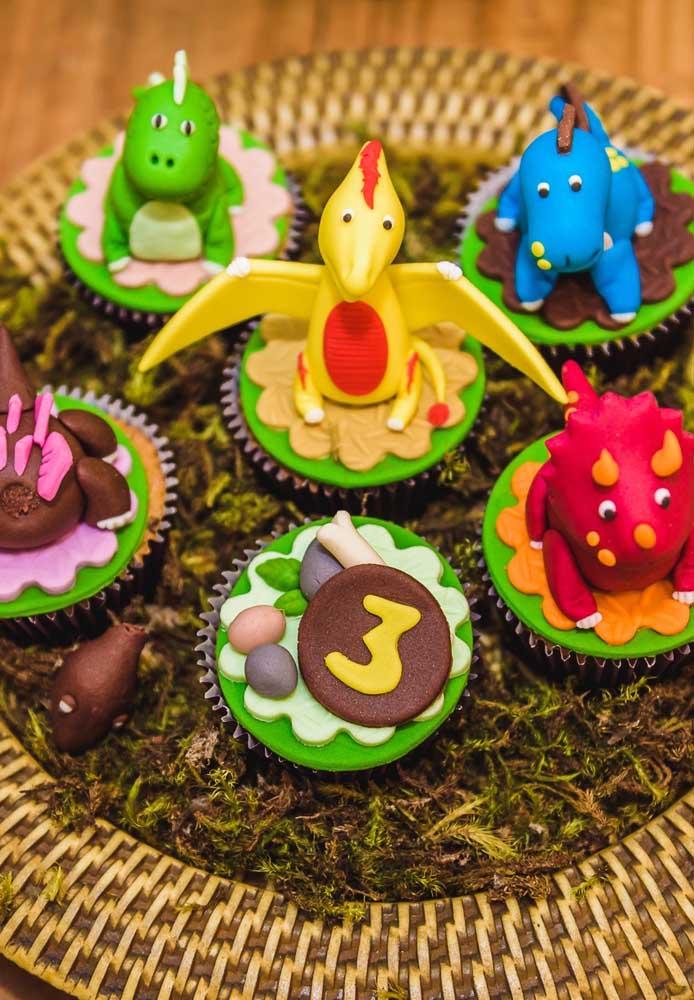 Diferentes dinossauros e elementos decorativos foram usados no topo do cupcake. Ficou uma graça né?