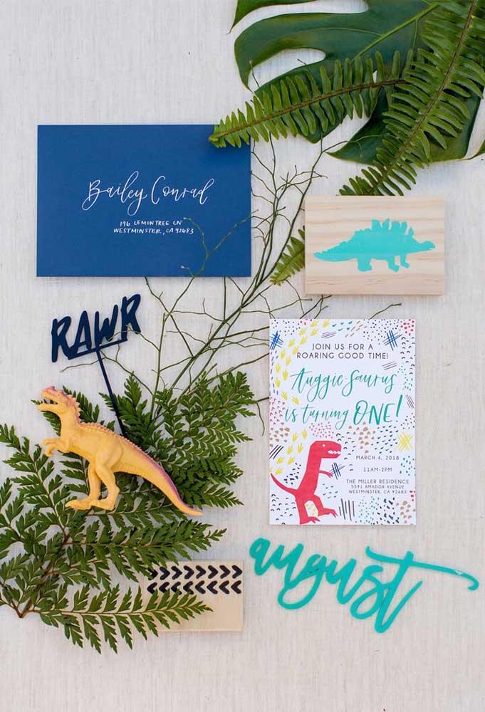 Olha que ideia original na hora de fazer a decoração dinossauro: fixar na parede o convite dinossauro.
