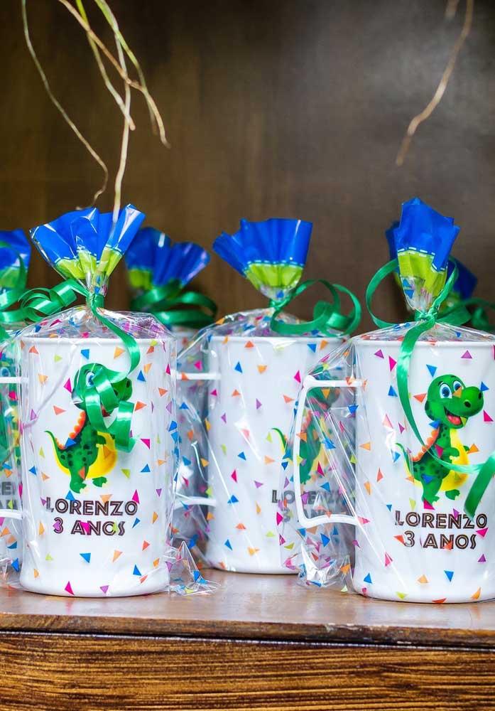 O copo é uma das lembrancinhas mais usadas nos aniversários porque é uma ótima opção de recordação.