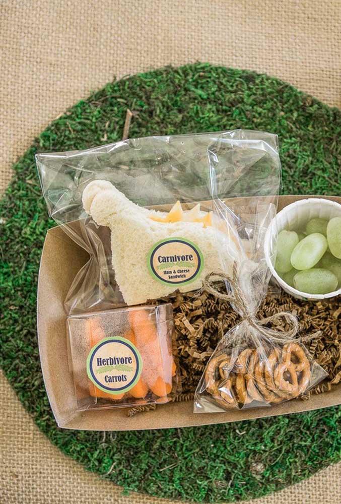 Para ficar mais prático para seus convidados se servirem, prepare um kit com os principais petiscos e guloseimas da festa de dinossauro.