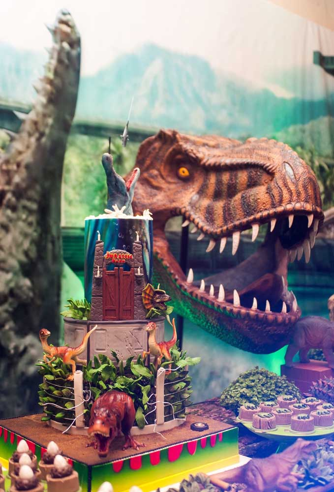Como fazer um centro de mesa dinossauro dessa forma? O ideal é contratar um profissional especializado para deixar o objeto como se fosse algo real.