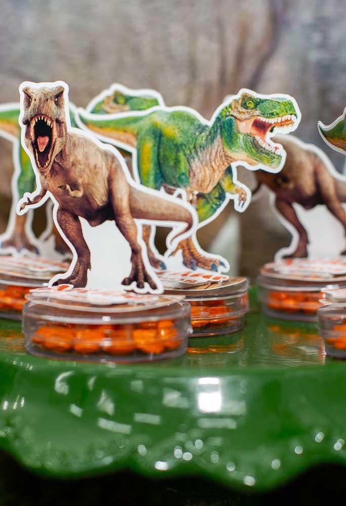 Decore as caixinhas de guloseimas com dinossauros de diferentes espécies.