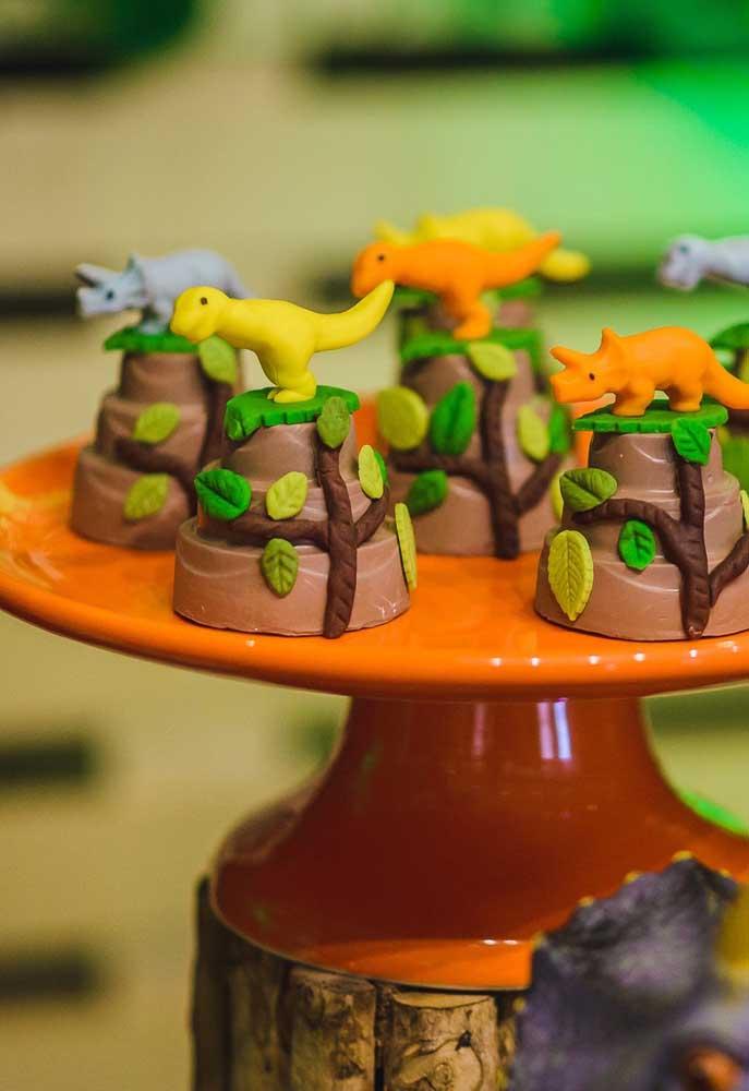 Qual a criança que não gosta de chocolate, ainda mais personalizado com dinossauros no topo?