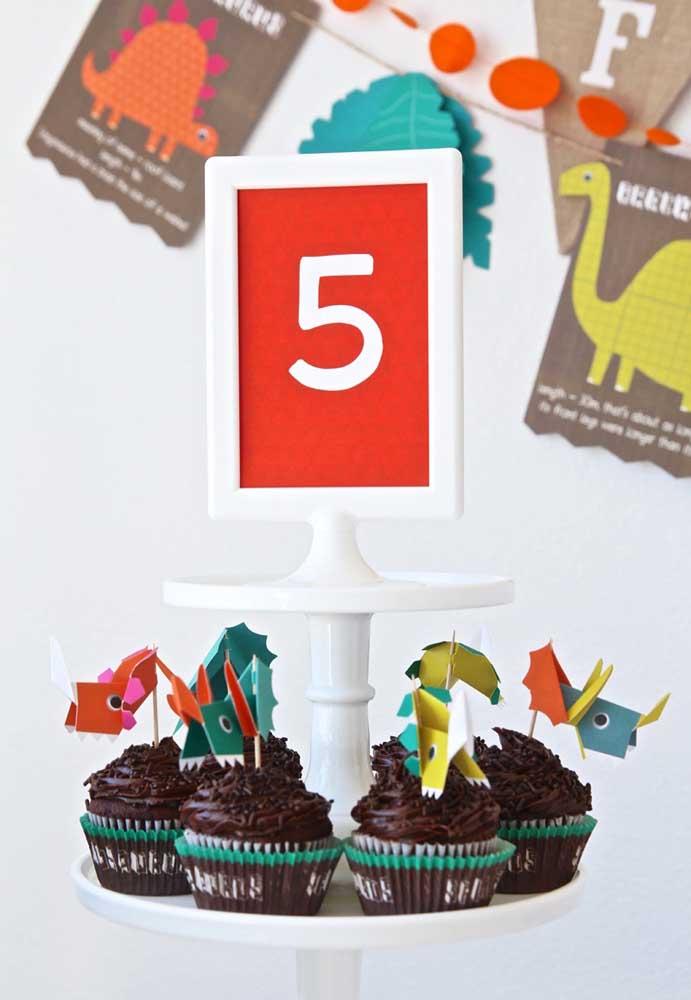 Aposte no cupcake de chocolate para combinar com o tema de aniversário dinossauro.