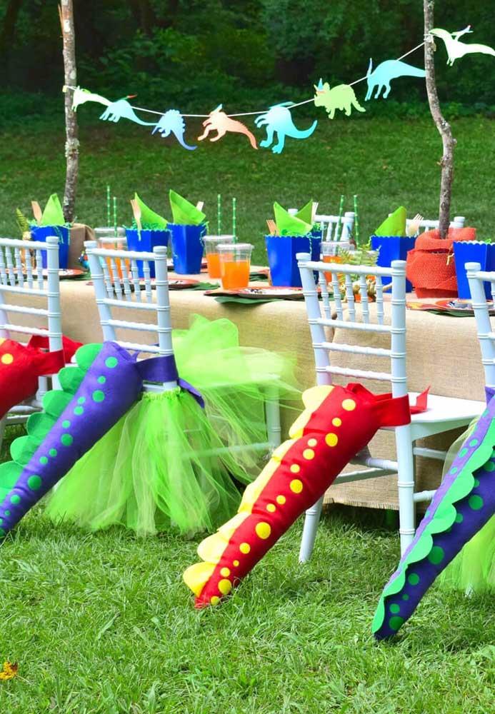 Uma ideia original e engraçada para decorar as mesas dos convidados na festa tema dinossauro.