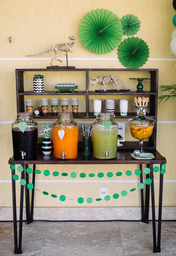 O ideal é fazer uma mesa separada para as bebidas, deixando os convidados mais à vontade para se servirem.
