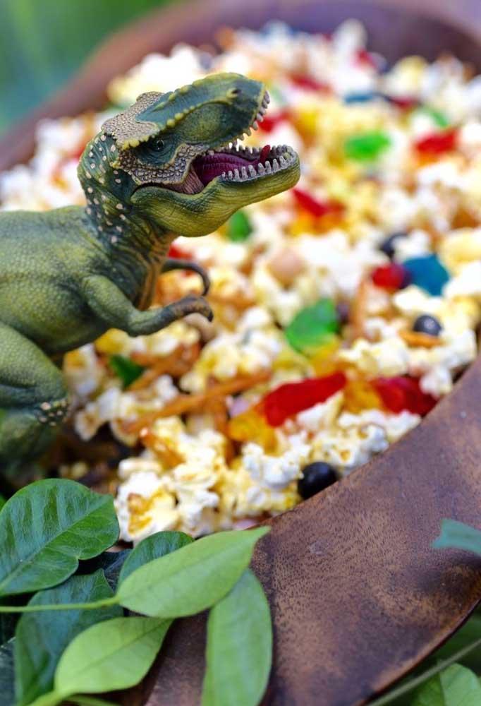 Coloque a pipoca dentro de uma grande vasilha e decore com dinossauros e algumas guloseimas.