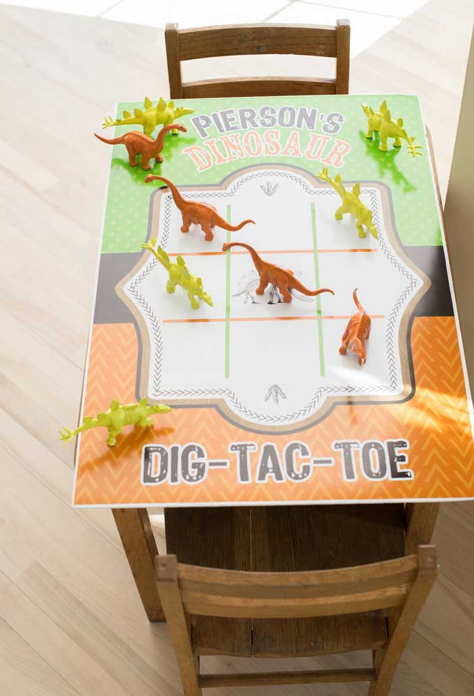 Festa infantil sem brincadeiras, não tem graça. No caso do tema dinossauro, você pode preparar uma mesa personalizada para as crianças jogarem.