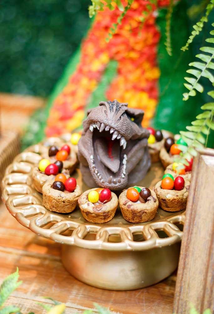 Coloque um boneco de dinossauro em cada bandeja de guloseimas que será servida na festa dinossauro.