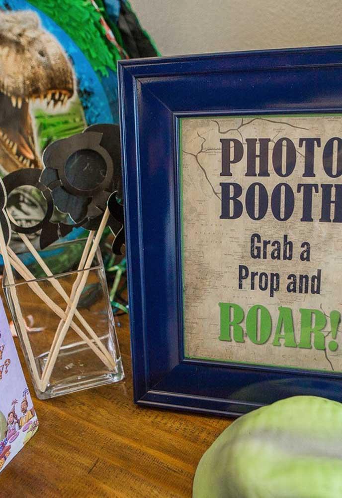 Prepare um cantinho para o flash. Coloque itens decorativos para os convidados usarem na hora das fotos.