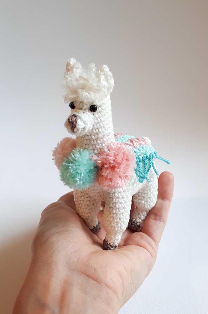Olha que cavalinho mais fofo e colorido feito com amigurumi. Use-o para decorar o quarto do bebê.