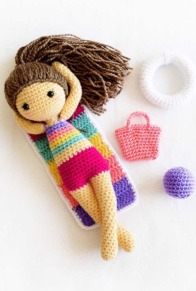 Que tal fazer uma bonequinha pegando sol na praia? Não esqueça de fazer também os acessórios.