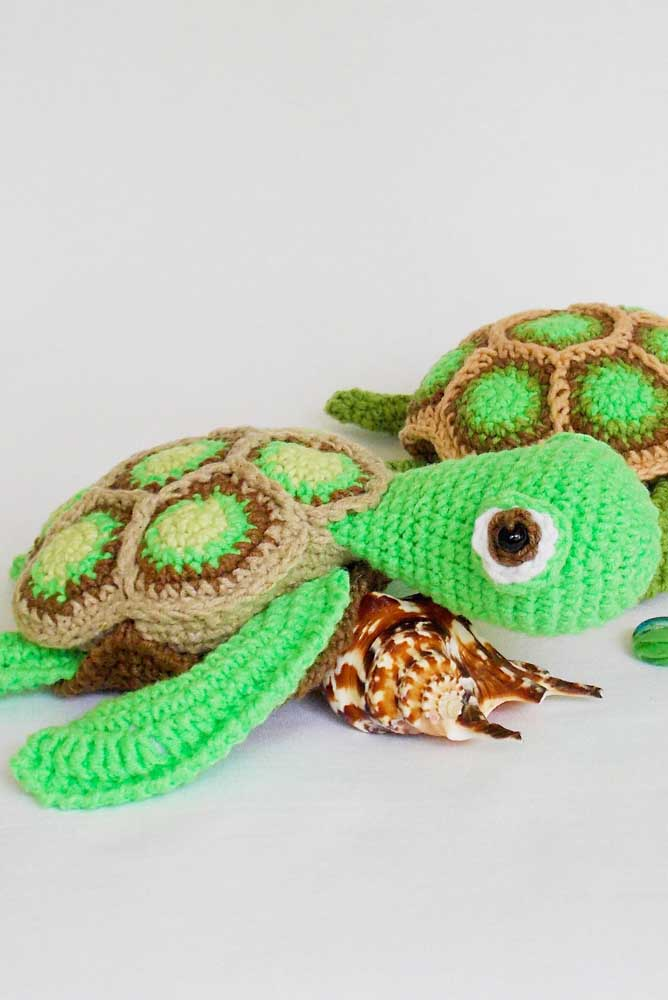 Você pode usar os bichinhos feitos de amigurumi para decorar a sua casa combinando com outros objetos.
