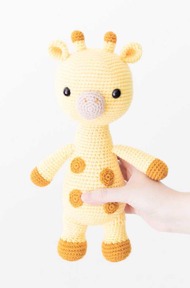 A girafa amigurumi pode ser feita tanto no formato em pé quanto com as quatro patas para baixo.