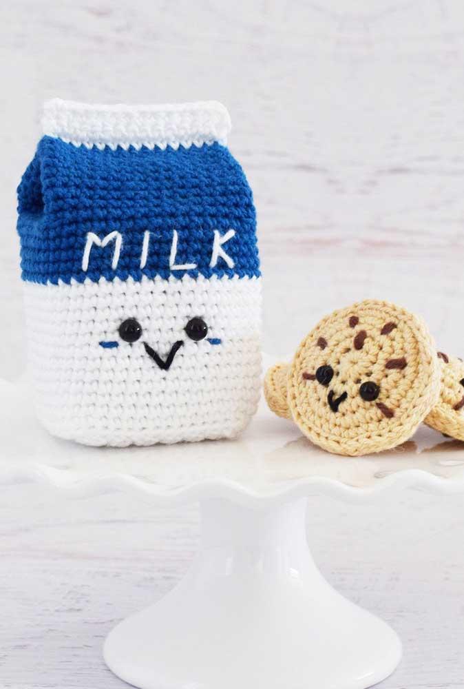 Olha que ideia criativa e original: uma caixinha de leite e biscoitos feitos de amigurumi.