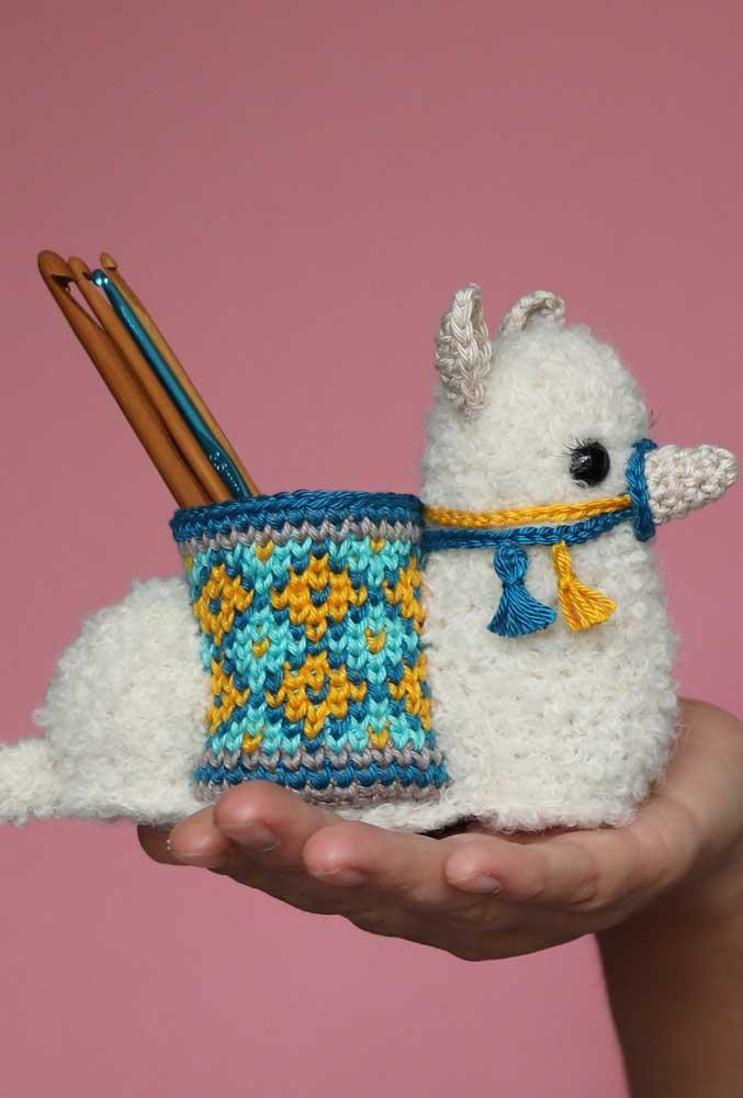 O bichinho feito de amigurumi pode ser usado como objeto decorativo e até como porta treco.
