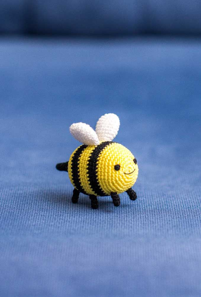 Você pode fazer a abelha amigurumi de diferentes tamanhos, mas a que fica mais fofa é a pequena.