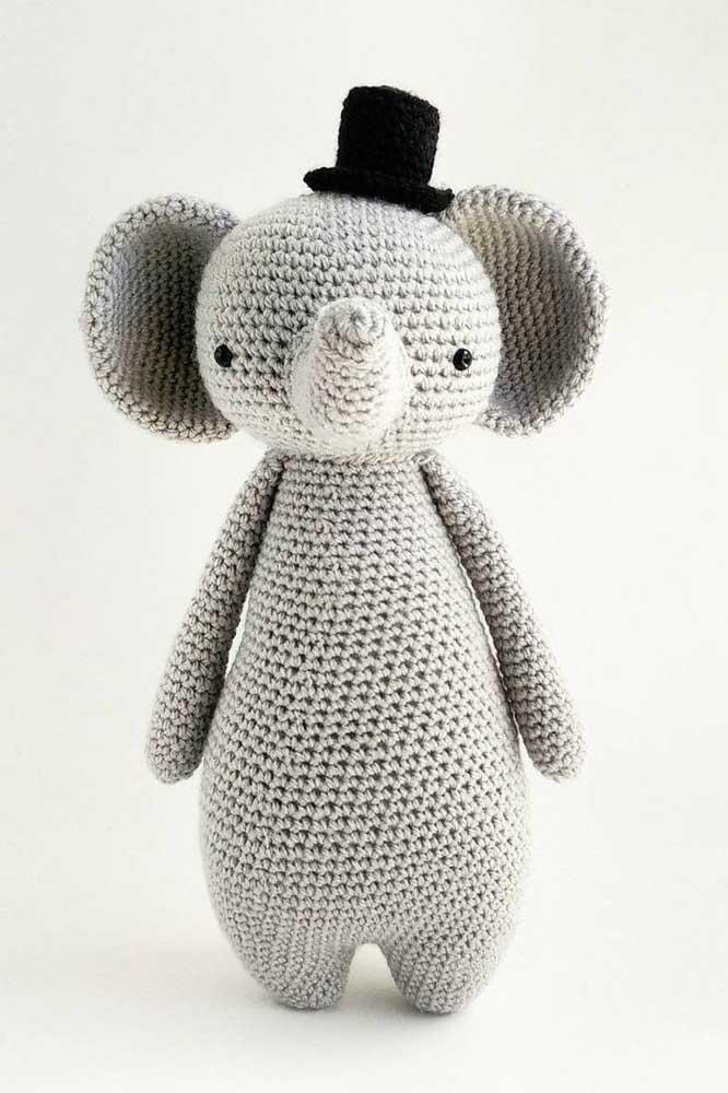 E esse elefante amigurumi mais fofo? O charme da produção fica por conta do chapeuzinho.