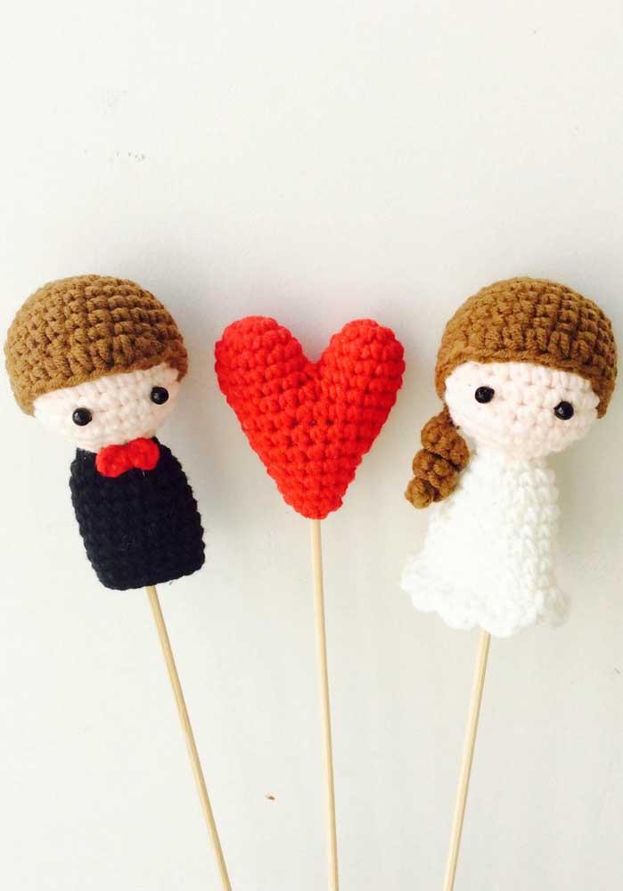 Os bonecos e enfeites amigurumi podem ser colocados em palitos para decorar o ambiente;