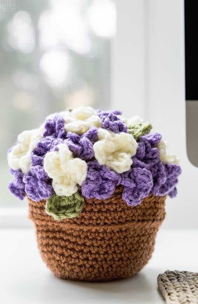 Você quer apostar em uma vaso de flores artificiais? O que acha de fazer a peça com amigurumi?