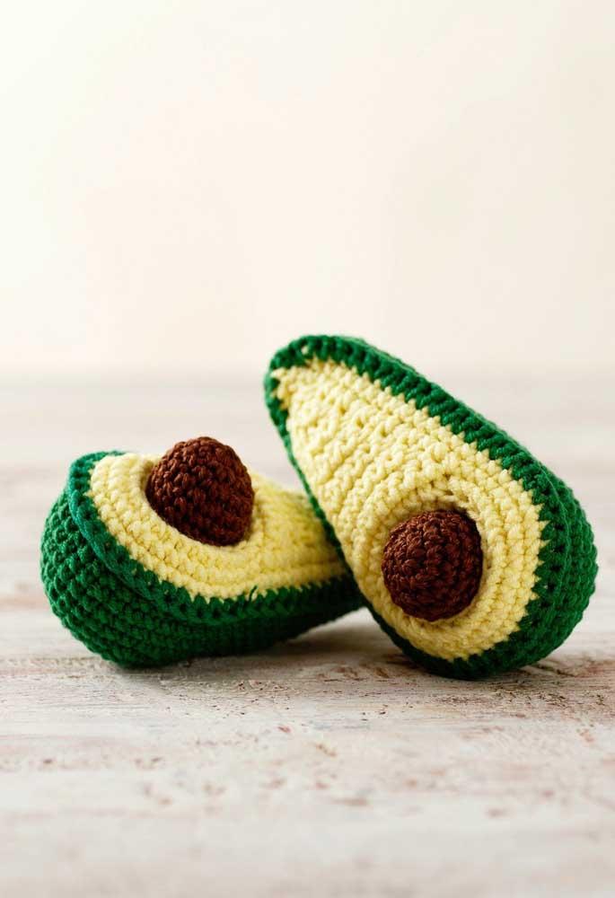Com amigurumi você pode fazer uma fruta inteira ou cortada como esse caso do abacate.