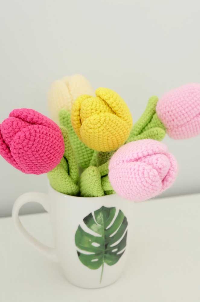 Faça flores de diferentes cores com a técnica amigurumi e coloque dentro de um copo para decorar o ambiente.