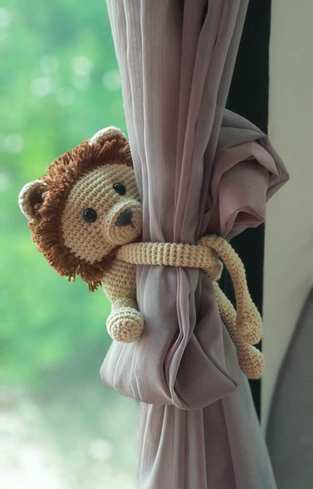 Olha que leãozinho mais fofo para pendurar na cortina. Você pode fazer isso com o amigurumi.