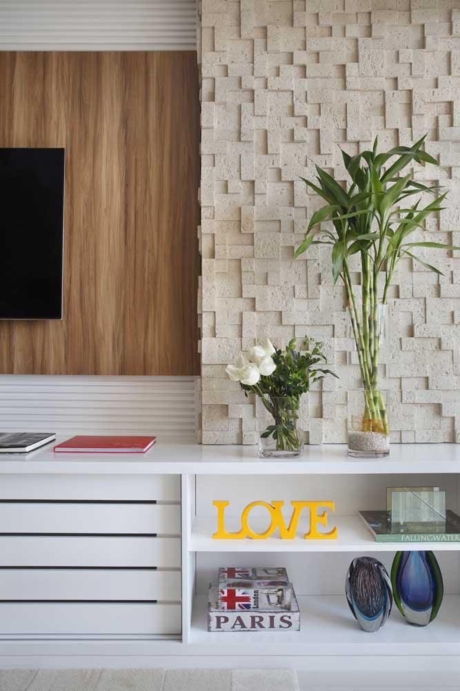 A sala de estar fica mais viva com o Bambu da Sorte na estante