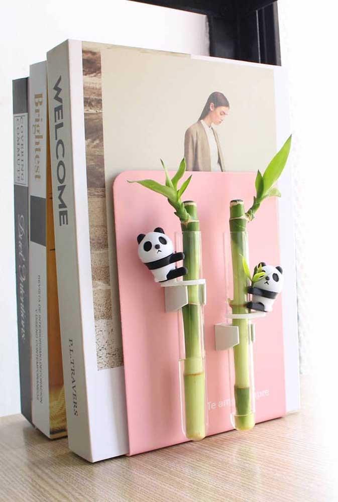 Que inspiração fofa! O porta livros ganhou pequenas ampolas onde o Bambu da Sorte foi plantado