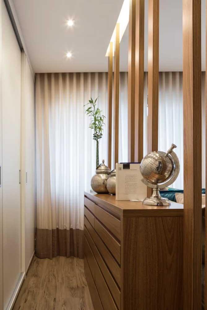 Hall de entrada com Bambu da Sorte sobre o aparador de madeira