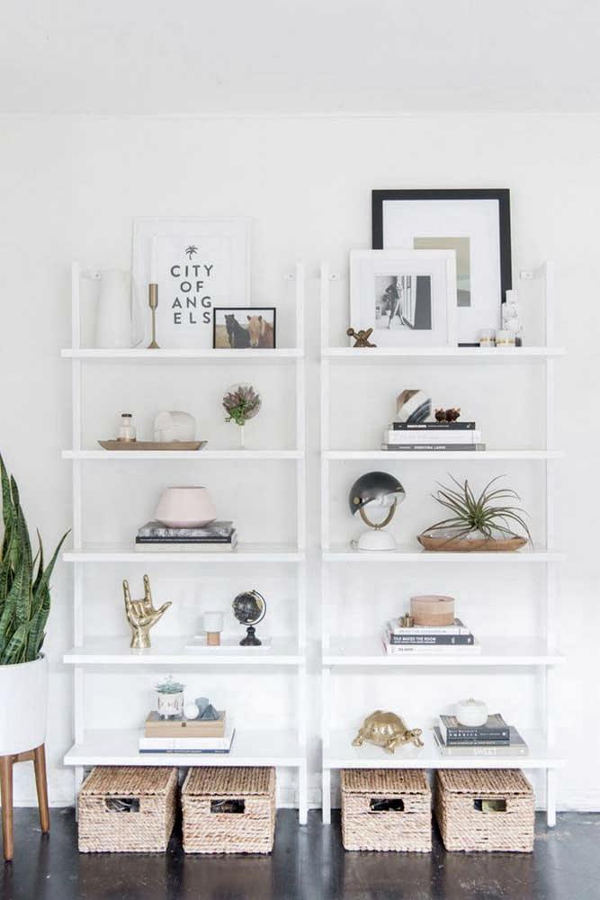 Quando usar um armário ou estante branca, aposte em objetos coloridos para decorar.
