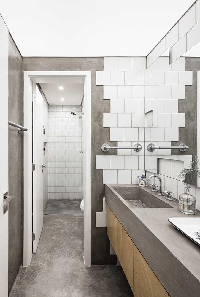 Quer deixar o banheiro mais moderno? Use revestimento no estilo cimento cru com alguns azulejos branco.