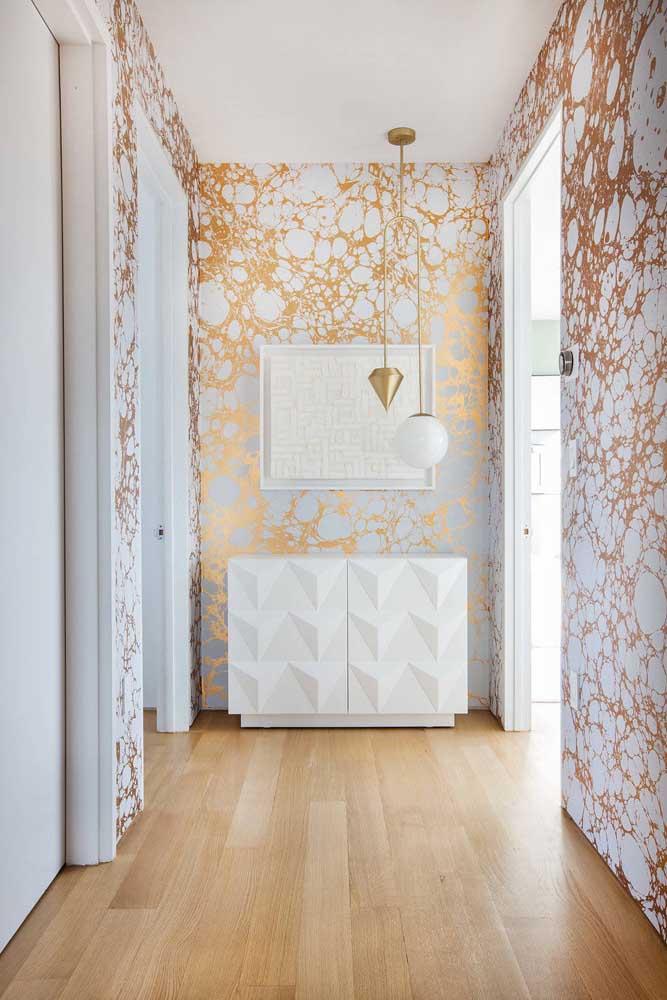 Que tal fazer uma combinação com paredes totalmente brancas e outras com revestimentos diferenciados?