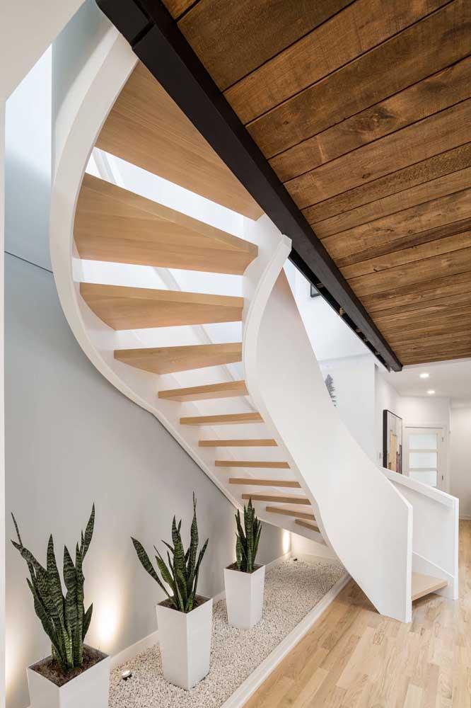 Olha como a combinação da cor branca com madeira ficou perfeita nessa escada.