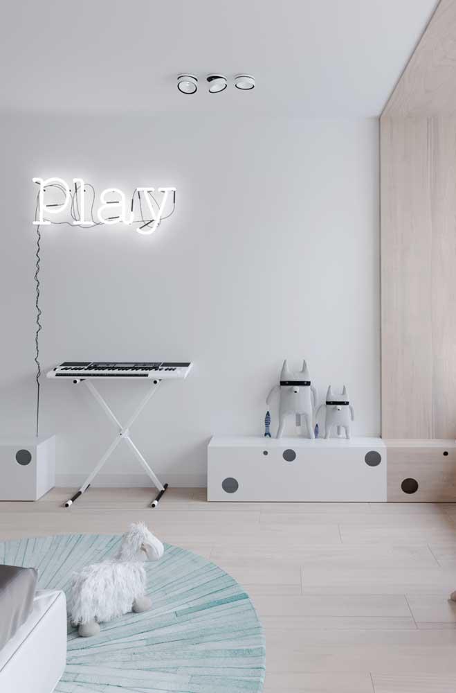 O ideal é usar cores vibrantes em objetos de iluminação, mas olha como ficou perfeito esse letreiro de neon branco.