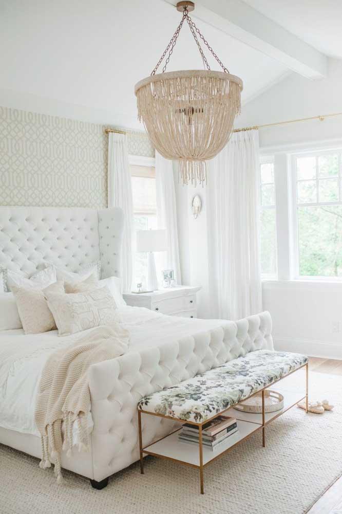 Um dos significados da cor branca é a sensação de nobreza, representado perfeitamente na decoração desse quarto.