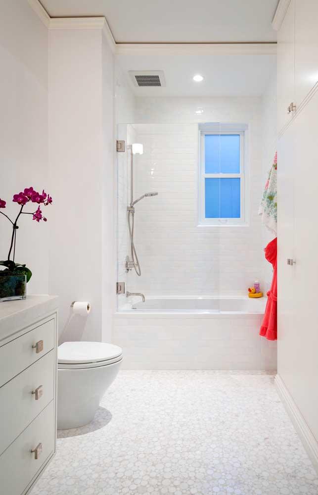 Apostar em um banheiro branco é ter a certeza de um ambiente clean e iluminado.