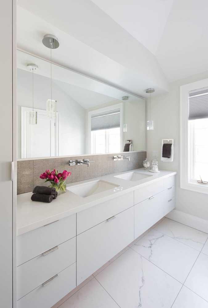 O espelho é um objeto que deixa qualquer ambiente com uma aparência mais sofisticada. Imagina fazer isso na cozinha?