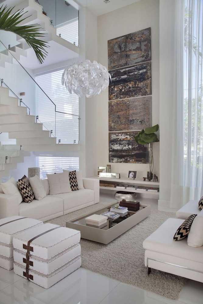 Para destacar o sofá branco, use almofadas com detalhes em outras cores.