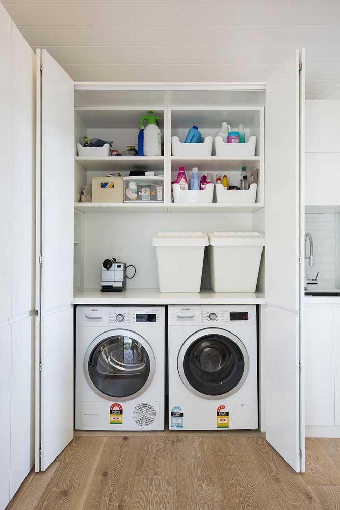 Nada mais adequado do que usar a cor branca na área de limpeza da casa.